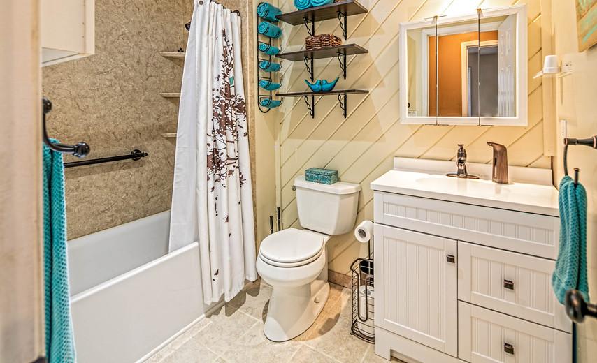 Updated full, hall bathroom!