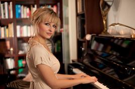 Claudia Zie - Singer & Pianist