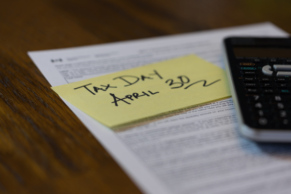 sticky note for reminder of tax season in canada for business