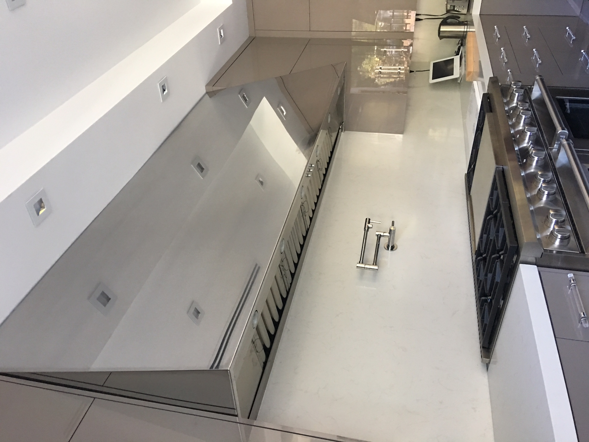 Mirrored stainless steel range hood