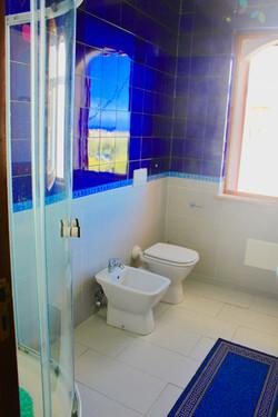 21_blue bathroom