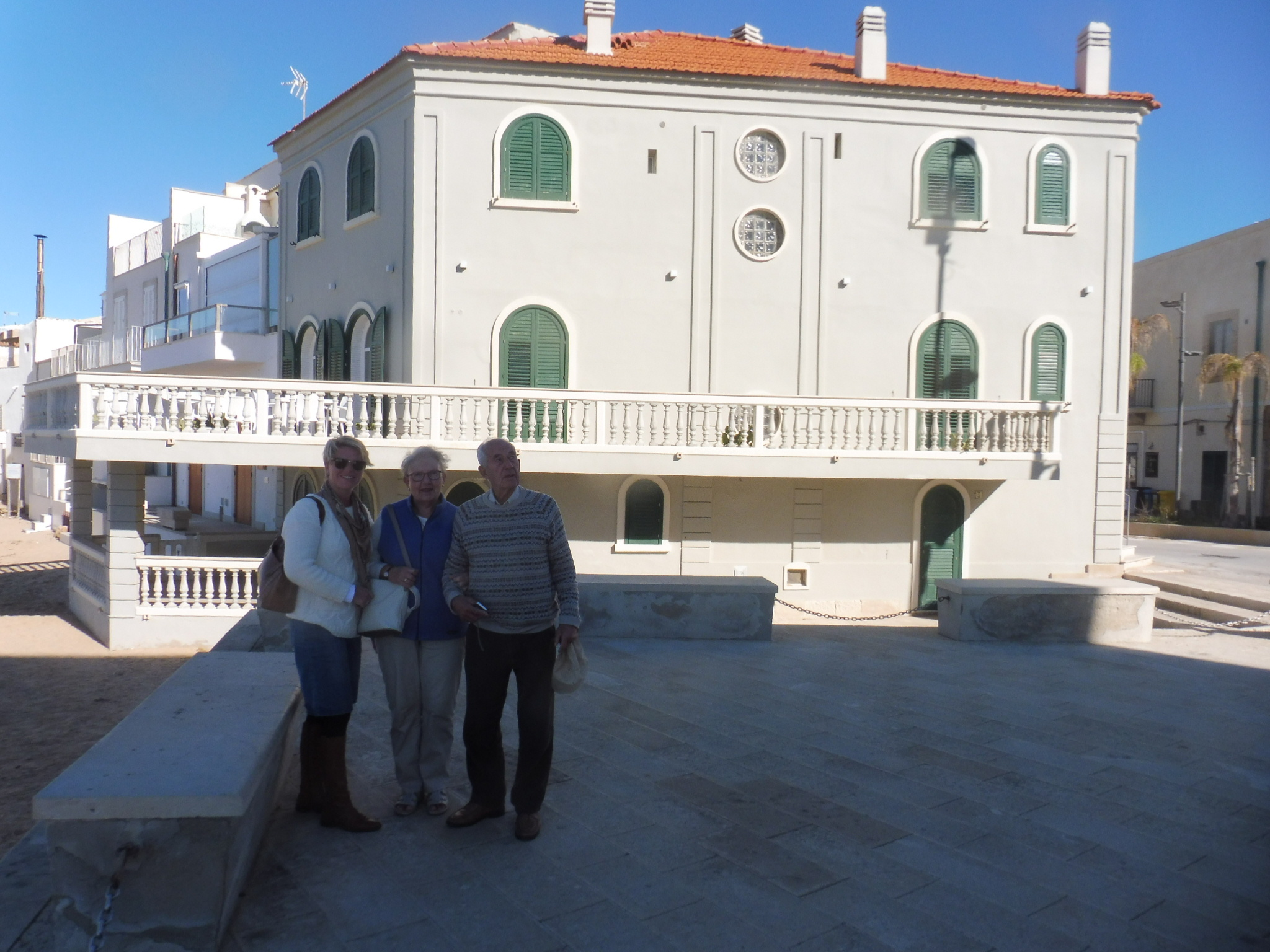 Betty_and_John_outsdie_Montalbano´s_House