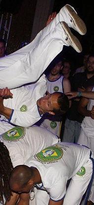 קרנבל ברזלאי , מופע קפוארה , רקדנית סמבה