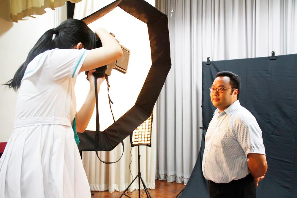 雷卓華老師充當同學的模特兒,拍攝專業個人照片。
