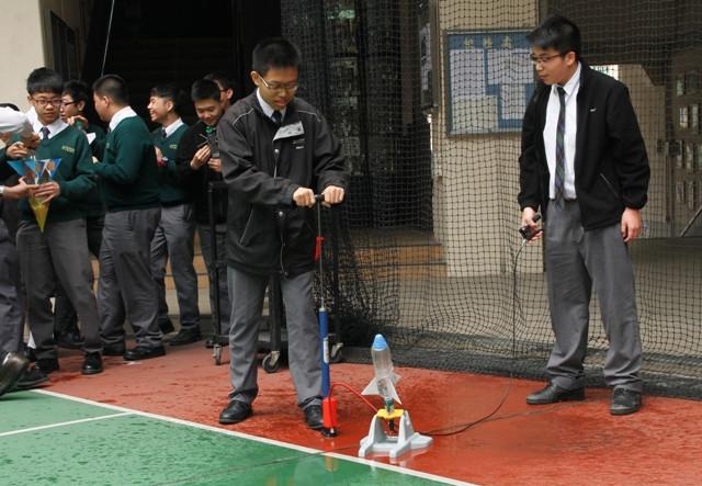 物理科水火箭實驗 1.JPG