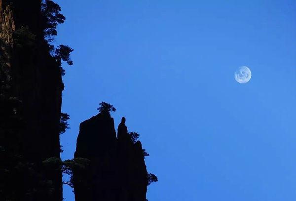 Deity Appreciating the Moon (or Xianren Wangyue) of Huangshan Mountain