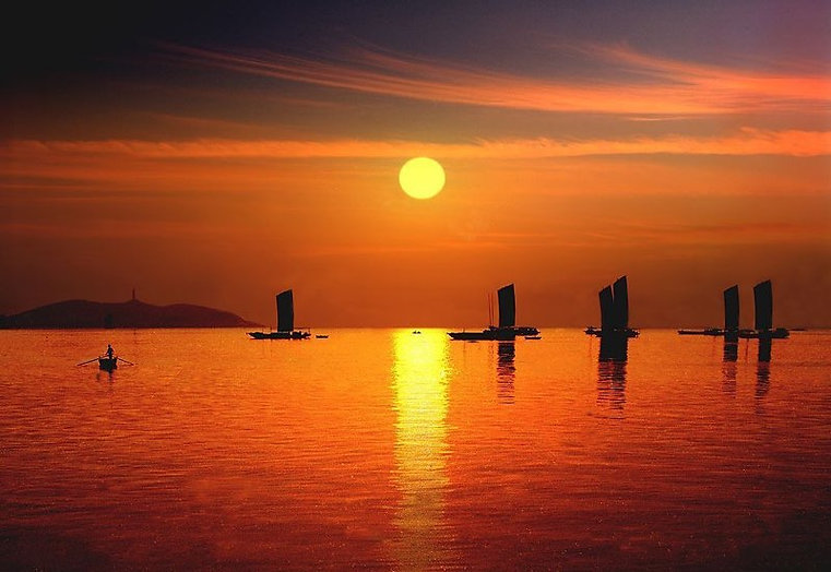 Sunset and Sailing Boats on Chaohu Lake, Photo from Official Site of Chaohu Lake.