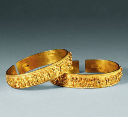 Common Betrothal Gift Gold Bangles in Chinese Traditional Wedding