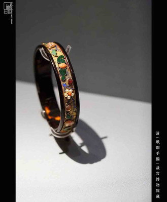Gem Decorated Bangle of the Qing Dynasty (1636 — 1912) — Palace Museum (Photo by Dongmaiying)