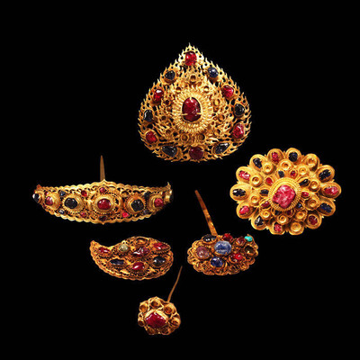 Unearthed Whole Set of Gold and Gem Hair Ornaments of Lady Mei — Nanjing Museum