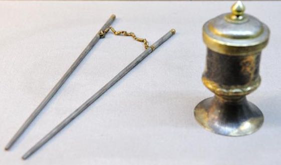 Chopstick with chains: to stir and mix tea while Whisking Tea (Dian Cha), an important tea making skill in about 6th to 13th centuries in China.