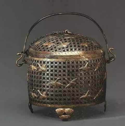 Basket: to place and keep compressed tea dry, sometimes could put it on top of the fire to eliminate tea's moisture.
