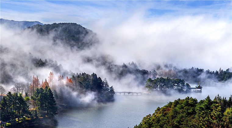 Mountain and Lake Views of Mount Lu, Photo from Official Site of Lushan.