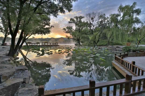 Wooden Bridge and Boats on Lake of Chengde Mountain Resort, Photo from Official Site of Chengde.