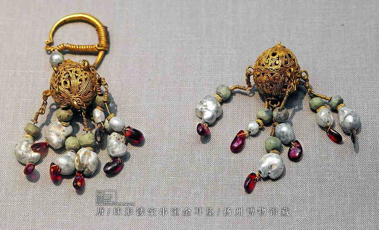 Gold Earring of the Tang Dynasty (618 — 907) — Yangzhou Museum (Photo by Dongmaiying)