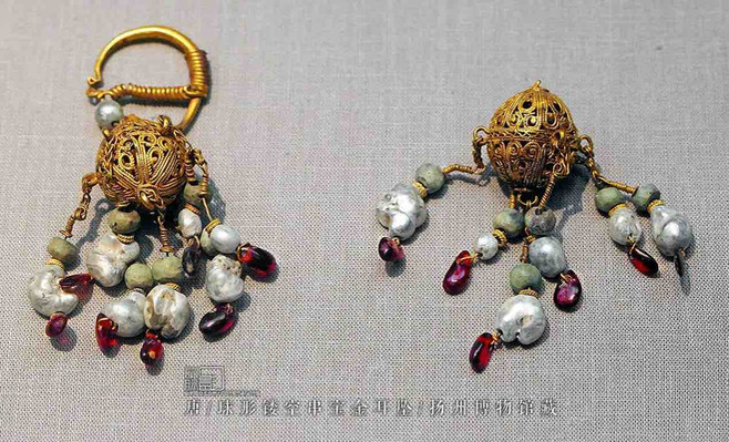 Gold Earring of the Tang Dynasty (618 — 907) — Yangzhou Museum (Photo by Dongmaiying)