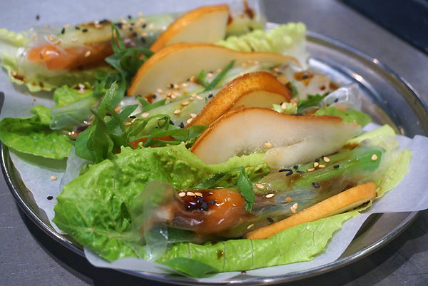 דפי אורז פריכים עם סלמון אגסים ובצל ירוק