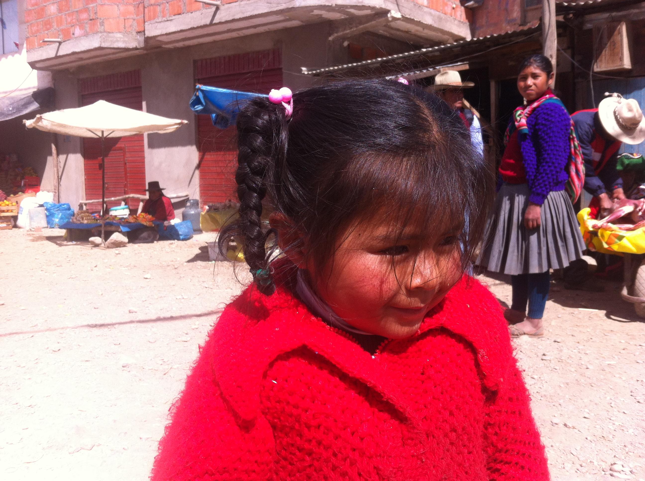 Söt flicka i en by i Anderna