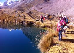 Inka shamaner vid en vacker sjö