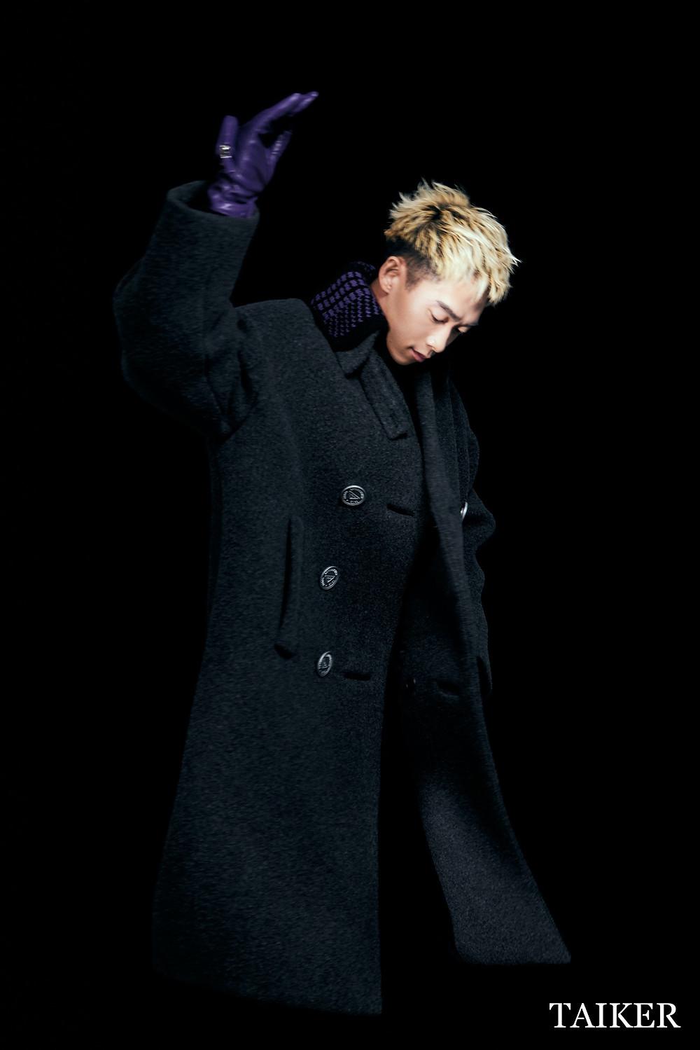 三角標誌雙排扣大衣、幾何連身內搭、深紫色皮革手套 by Prada
