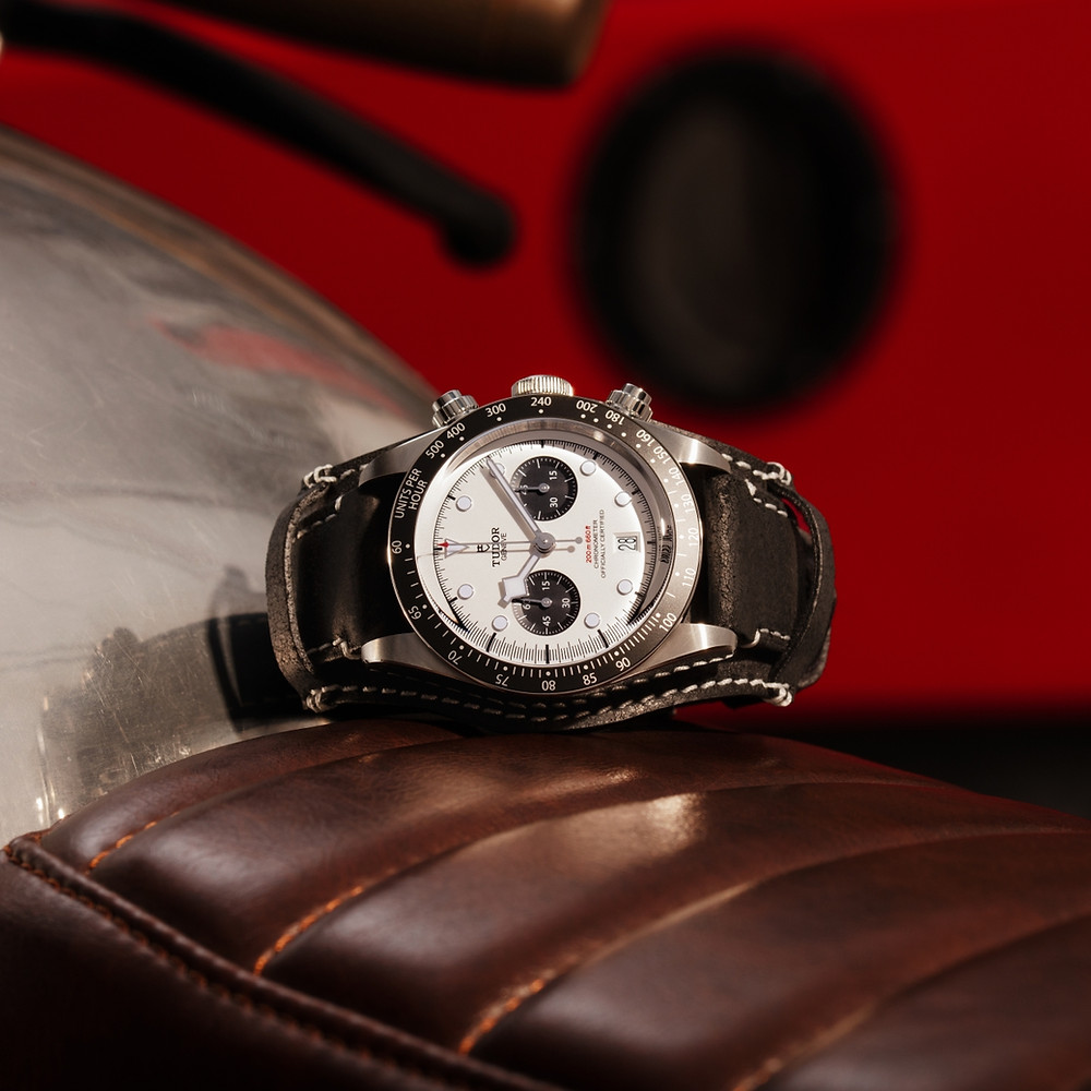 採用黑色仿古皮帶更有紀念賽車計時碼錶歷史的意味