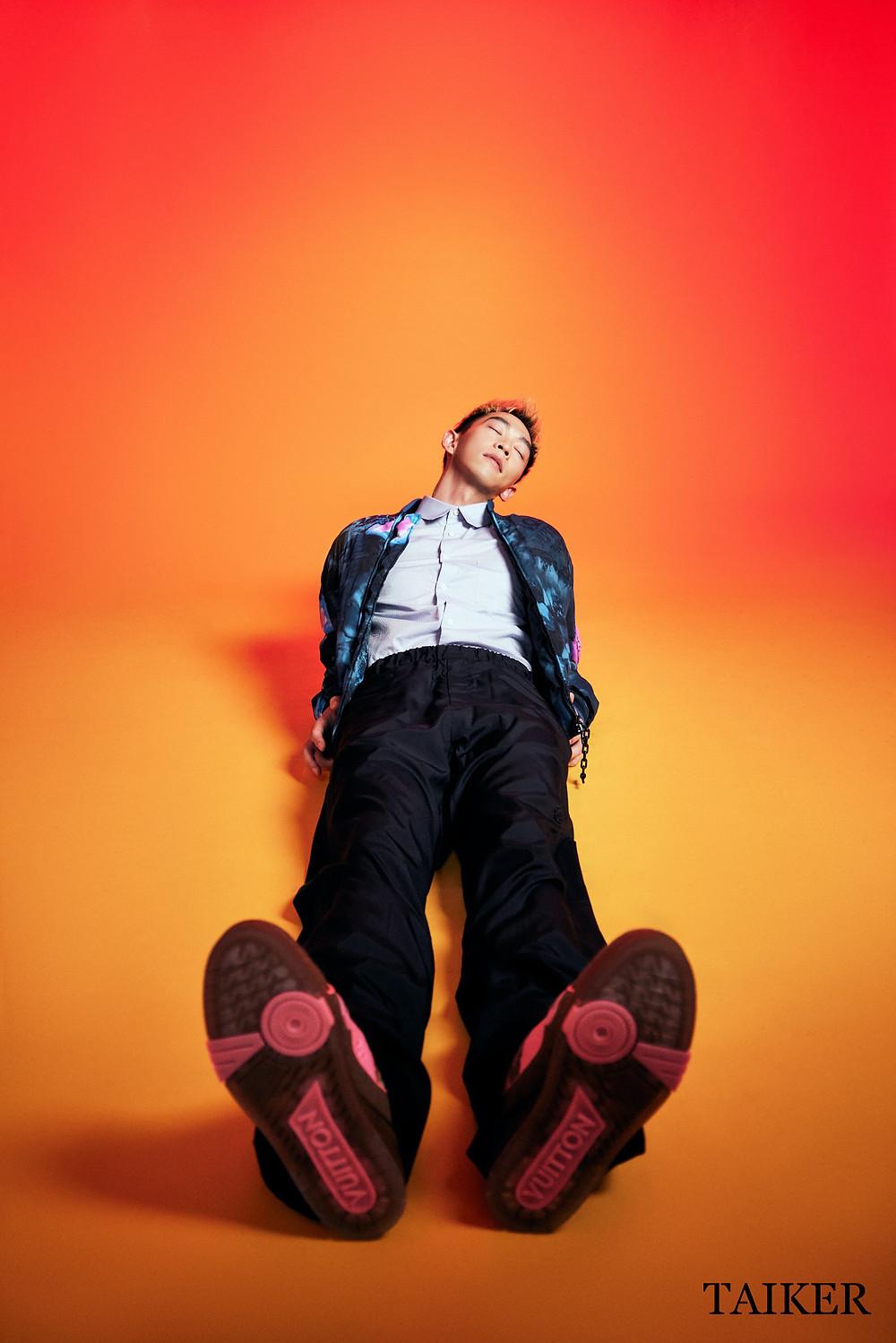 塗鴉幾何印花飛行員外套、黑色西裝長褲、淺藍色襯衫、螢光桃紅色運動鞋 by Louis Vuitton
