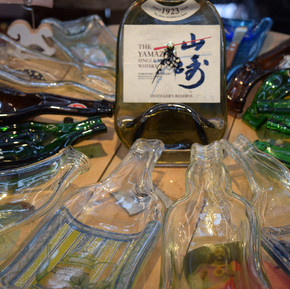 人物訪問:Flat Wine Bottle Art; 翻轉酒後空殼的藝術/ Interview:  手工窯燒酒瓶藝術; The Art of Wine Bottle
