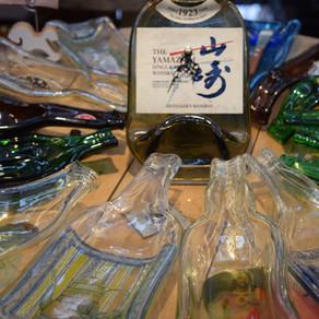 人物訪問:Flat Wine Bottle Art; 翻轉酒後空殼的藝術/ Interview:  手工窯燒酒瓶藝術; The Art of Wine Bottle