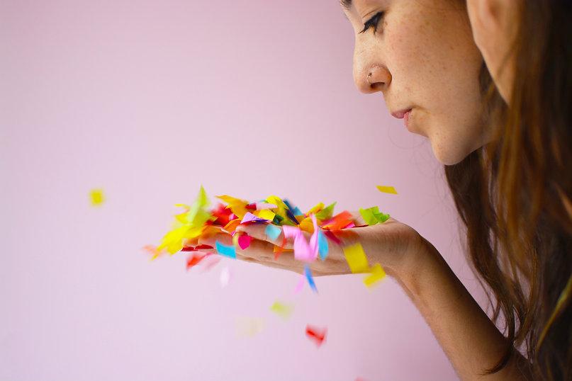 soplar mano confetti mucho divertido.jpg