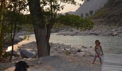 חוף הנהר מליד הבריכה