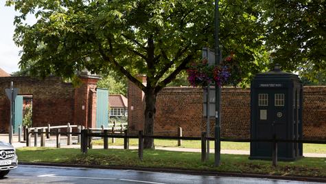 T27   Ghost Monument   Hampton Court, KT8