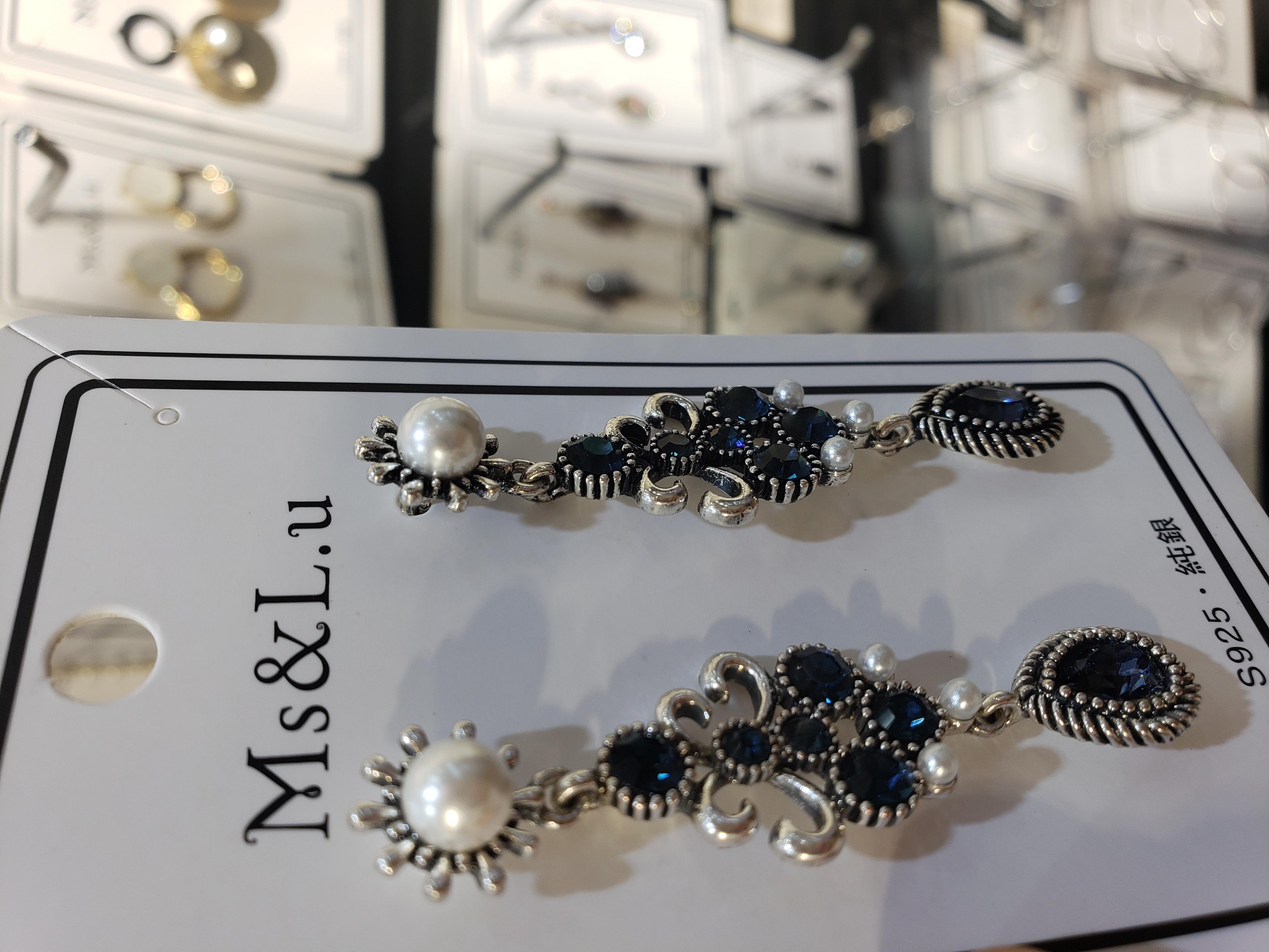 earrings weared by the queen