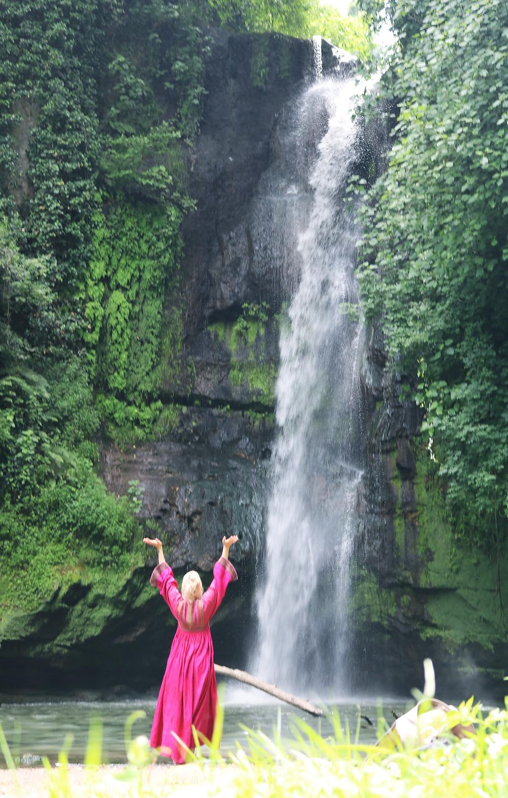 Allegra Lusini alla cascate del Picchio