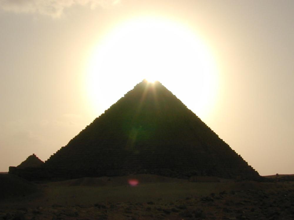 Sun_atop_Giza_pyramid_mf_113002