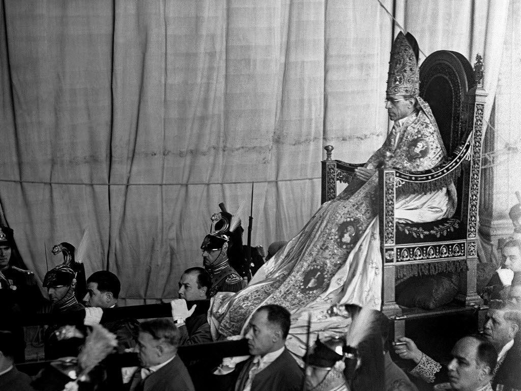 Pio XII Sedia Gestatoria.jpg