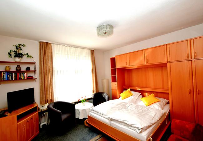 Wohnraum mit Schrankbett