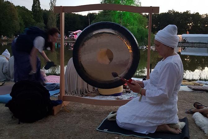 forberedelser til gongspill på yogafestival