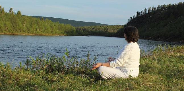 Meditativt ved bredden av elva Kárášjohka