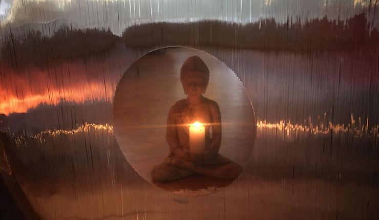 Buddhas speilbilde i gongen hos Davvi Yoga