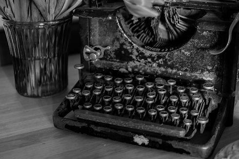 typewriter-669353_1920.jpg