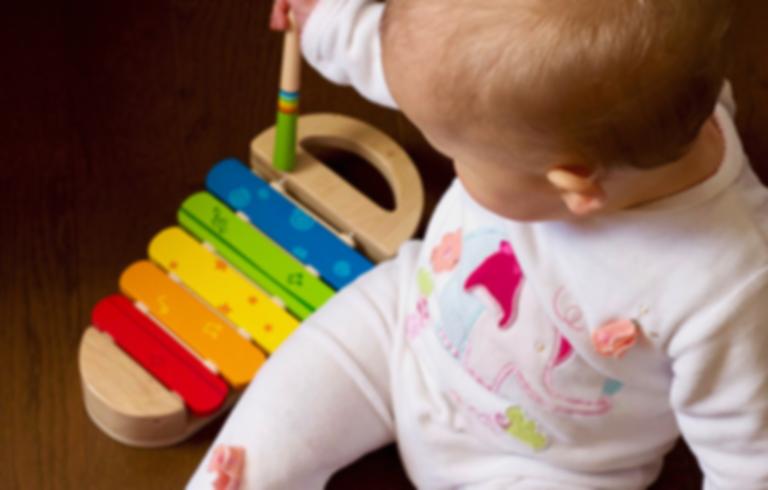 bebê brincando na creche agendiha escola