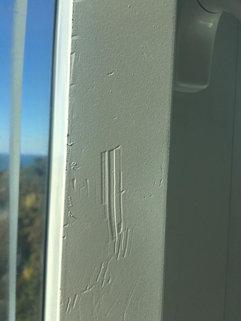 Царапины и вмятина алюминиевого профиля