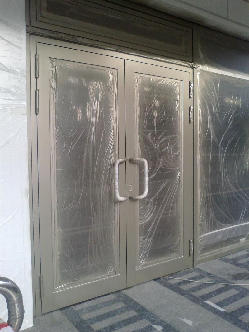 покраска алюминеевых дверей