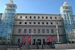 El Museo Reina Sofía ofrece al visitante amplias colecciones de cuadros de pintores españoles tan importantes como Pablo Picasso, Salvador Dalí y Joan Miró. El cuadro más conocido del museo es el Guernica de Picasso, realizado en memoria del trágico bombardeo aéreo de la homónima ciudad vasca durante la Guerra Civil.  Para visitar el museo los aficionados al arte moderno necesitarán varias horas, ya que el museo es realmente extenso. Los curiosos necesitaremos entre una y dos horas para recorrer