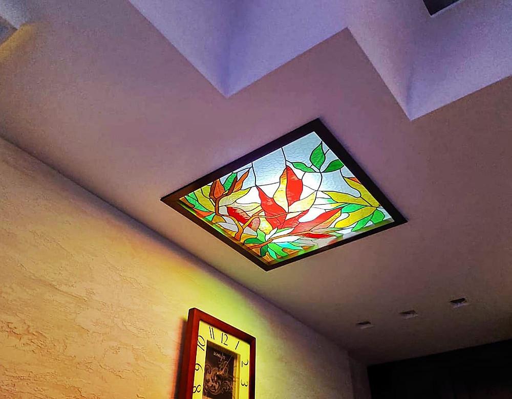 Витражное стекло в потолочном плафоне