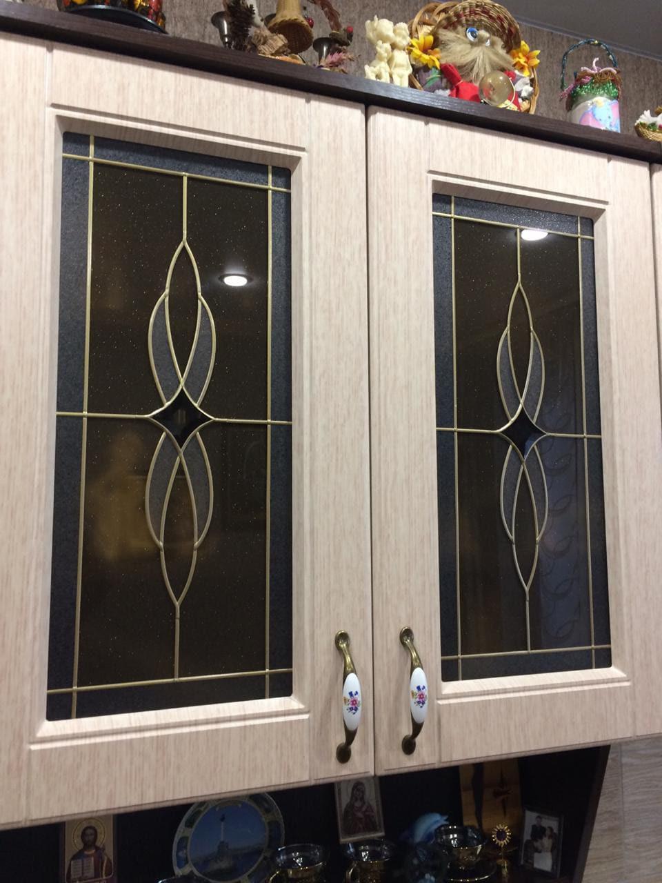 Сдержанный дизайн витражных кухонных фасадов