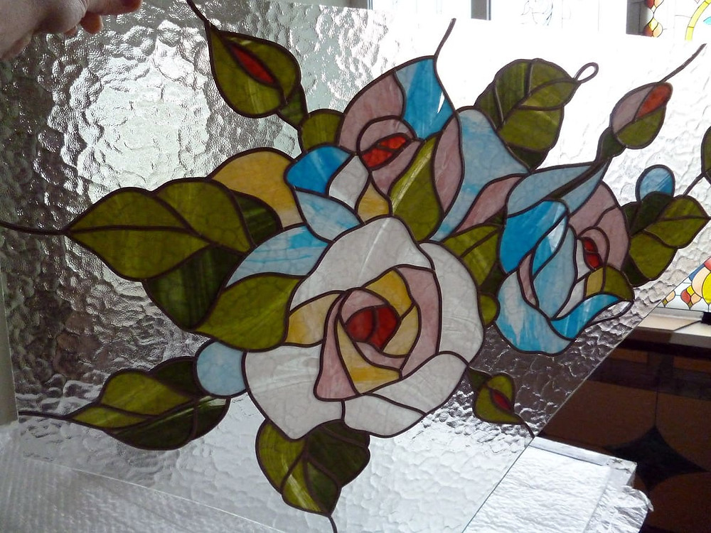 """Витраж """"Шебби-розы"""" на рифленом стекле, фрагмент работы"""