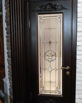 Дверь с витражом в готическом стиле