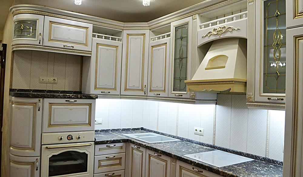 """Кухонный гарнитур """"Лаура"""" с витражами на шкафах"""