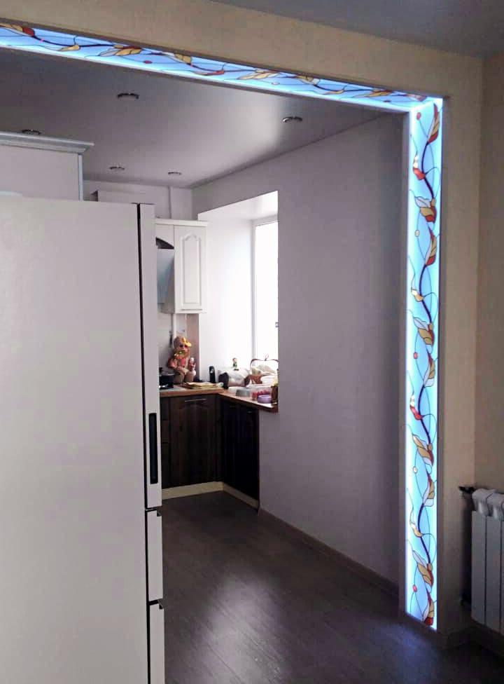 витражная ниша с подсветкой для зонирования помещения